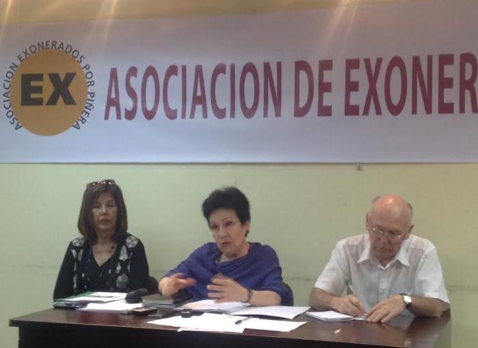 """Exonerados en gobierno de Piñera culpan a Bachelet por invisibilidad de su caso: """"Cometimos el error de ayudarla a salir Presidenta"""""""