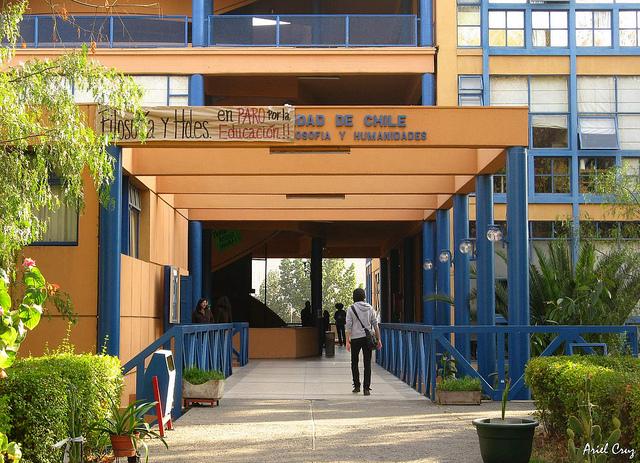 Universidad de Chile y Sergio Grez se defienden tras reportaje sobre acoso sexual