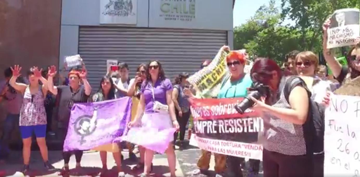 Estudiantes y red #NiUnaMenos exigen renuncia de ministro Luis Felipe Céspedes