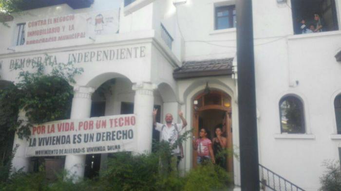 Pobladores de Maipú se toman municipalidad y sede UDI exigiendo una vivienda digna