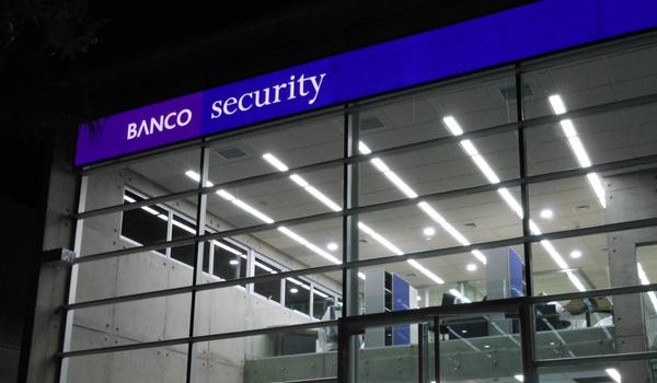 Ex trabajadora demandó a Banco Security: Acusa despido por tener un hijo gay y con VIH