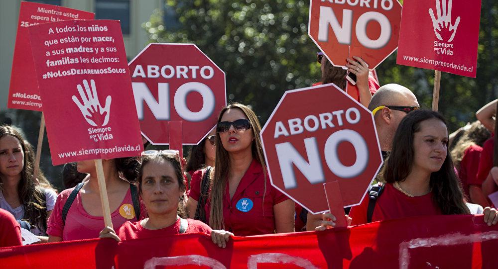 Miles a médicos anti aborto: «Cambien los delantales por sotanas»