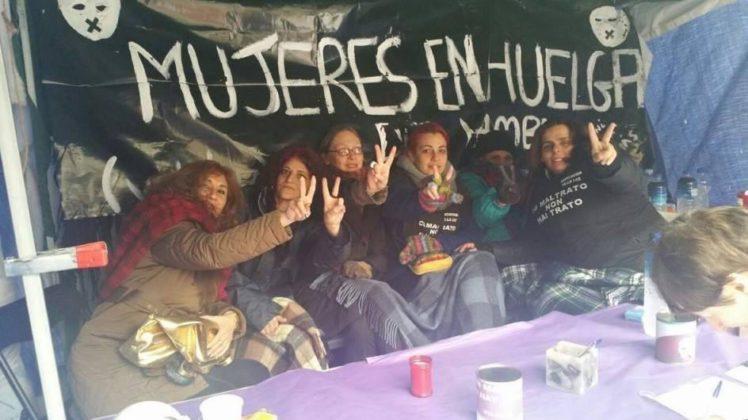 Símbolo histórico de Madrid se llena de mujeres protestando en contra de la violencia machista