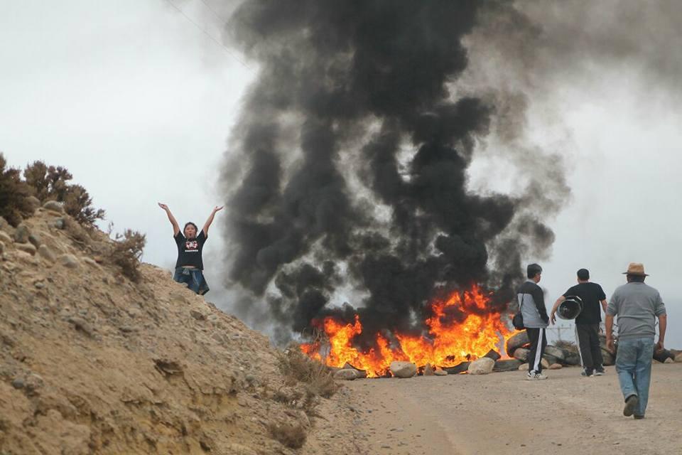 Activistas contra proyecto minero Dominga cierran camino en señal de protesta
