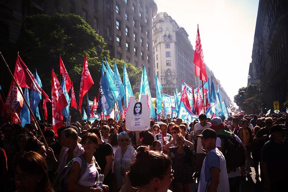 (FOTOS) A 41 años del golpe militar en Argentina, una multitud tomó las calles