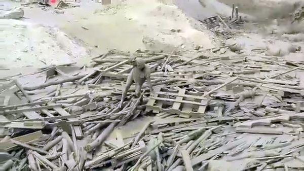 El impactante video donde una mujer salva su vida de casualidad en las inundaciones de Perú