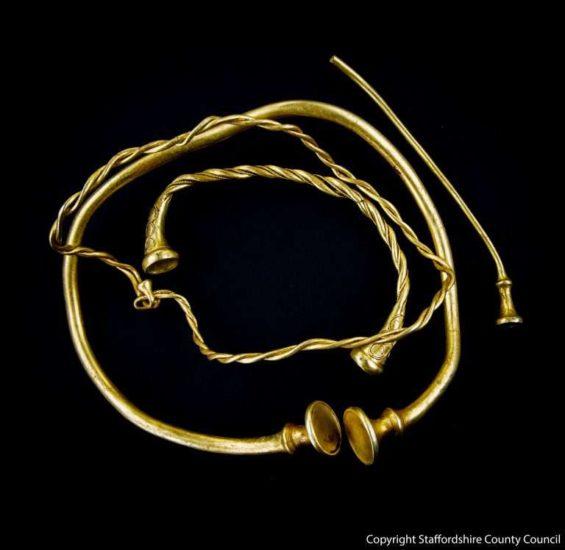 Buscadores de tesoros hallan las joyas de oro más antiguas de la Edad del Hierro