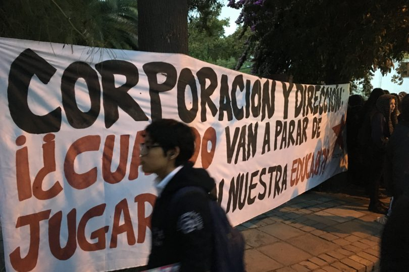 Estudiantes del Carmela Carvajal se manifiestan por problemas de presupuesto