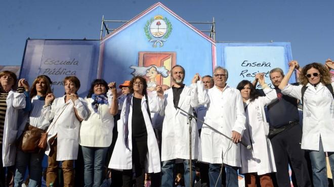 Docentes en Argentina montan una escuela frente al Congreso para reclamar salarios dignos