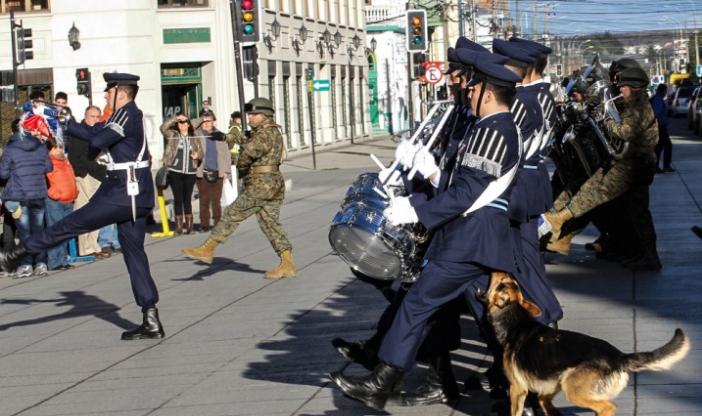Perro muerde a soldado de la Fuerza Aérea en desfile dominical de Punta Arenas