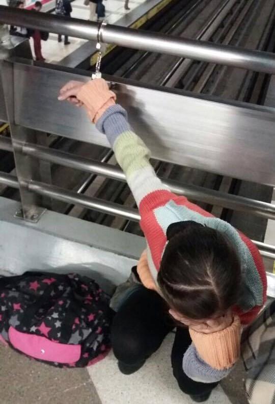 Video: Carabinero embiste a escolar en medio de confuso incidente en el Metro