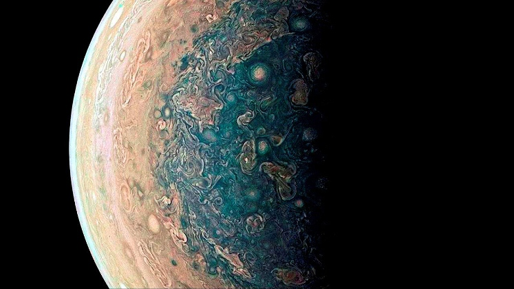 Últimas imágenes de Júpiter generadas por Juno revelan detalles de su turbulenta naturaleza