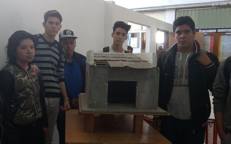 Jóvenes argentinos inician la construcción de un aula 100% solar
