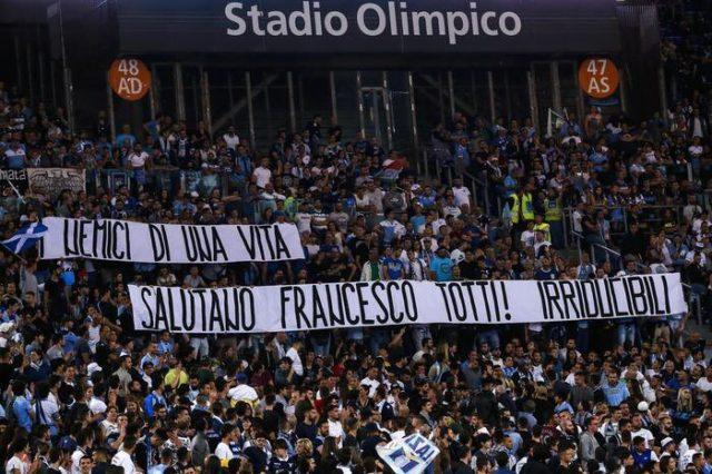 Nobleza: Hinchas de la Lazio despiden a Totti con bandera en el estadio