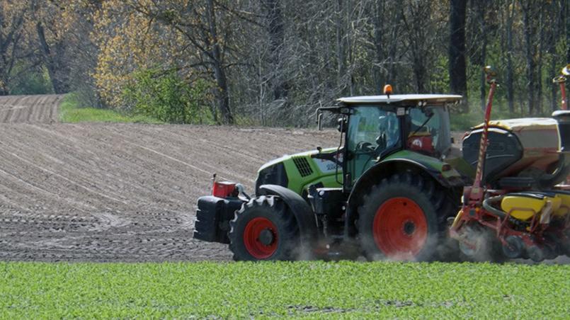 Un perro pone en marcha un tractor y mata a un granjero millonario