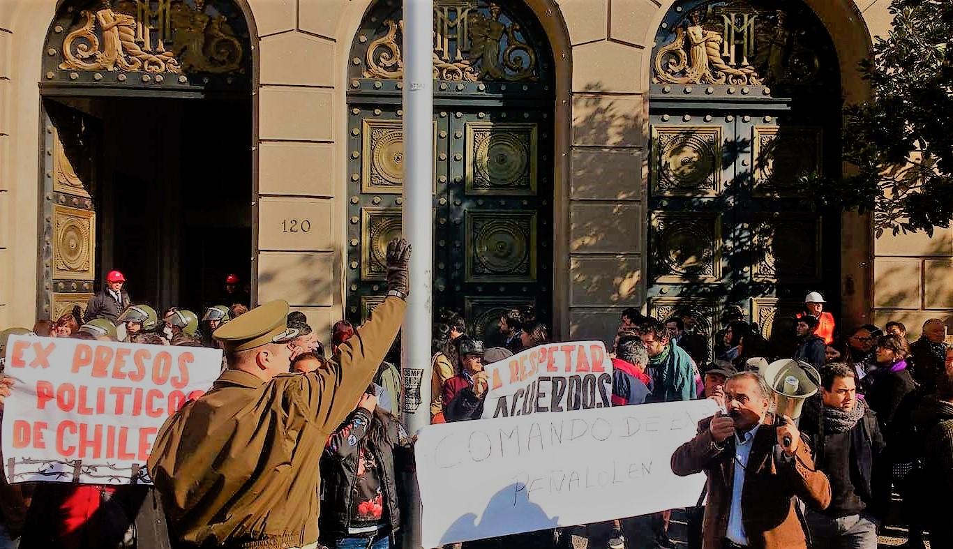 """Ex presos políticos se encadenaron a Ministerio de Hacienda: Exigen reparación tras """"27 años de espera"""""""