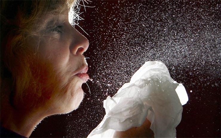 Las bacterias del estornudo y la tos pueden quedar vivas en el ambiente hasta por 45 minutos