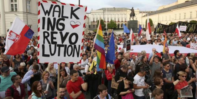 Bruselas da un mes a Polonia para corregir la reforma que politiza la justicia