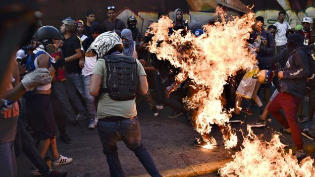 Opositores venezolanos ya han quemado vivas a más de 20 personas