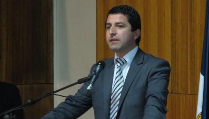 Contraloría pide sumario a municipalidad de Cabrero por millonario viaje a Europa de alcalde y concejales