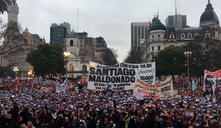 Argentina: masivas marchas contra la violencia institucional reclaman la aparición de Santiago Maldonado