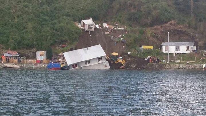 Al menos dos casas caen al mar por deslizamiento de tierra en Puerto Montt