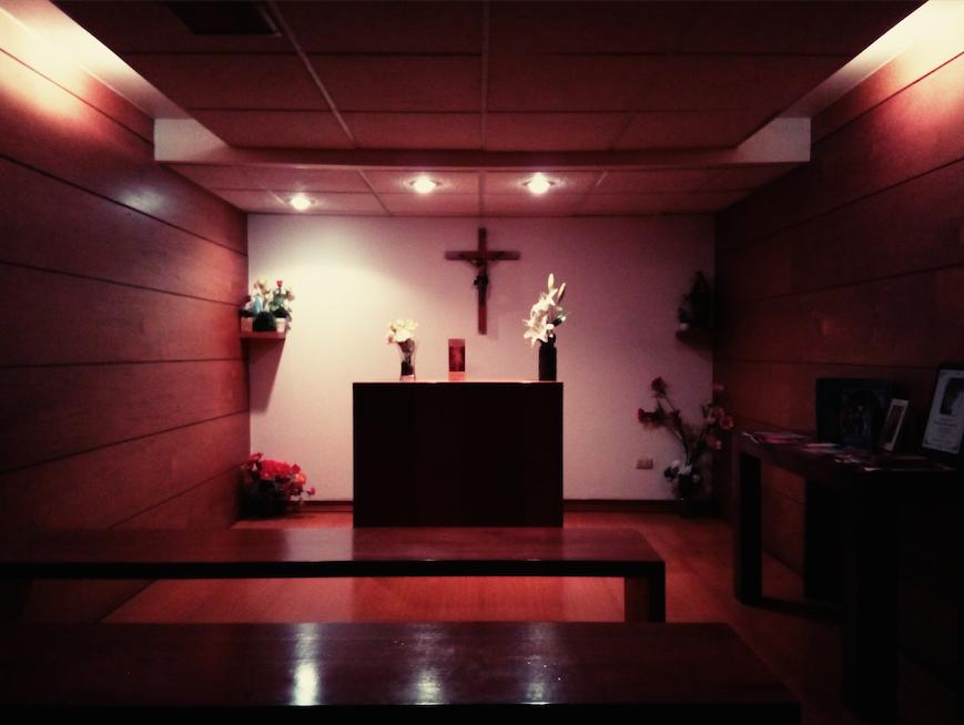Con sumo recogimiento: ¿Qué hace un oratorio en un mall de Santiago?