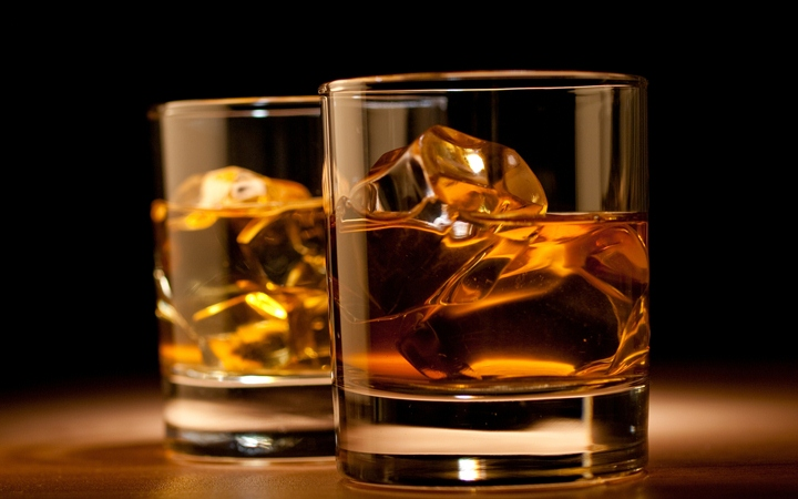 Químicos explican por qué el whisky sabe mejor cuando se le agrega un chorrito de agua