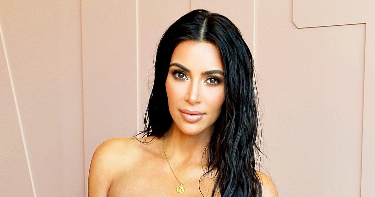 Cambio radical: Kim Kardashian aparece con cabello rubio plateado y un ceñido vestido de latex negro