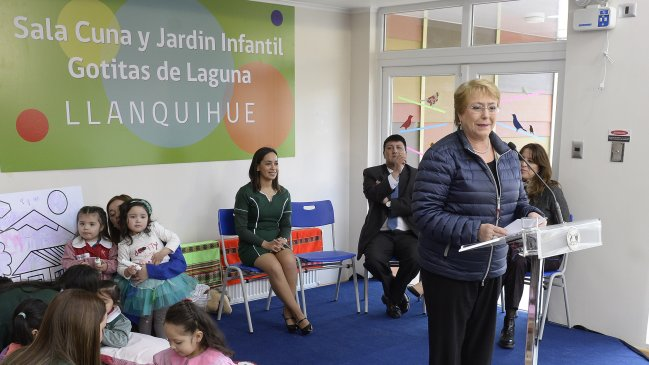 """Bachelet alude indirectamente a Piñera y dice que reformas """"no se pueden deshacer de un plumazo"""""""