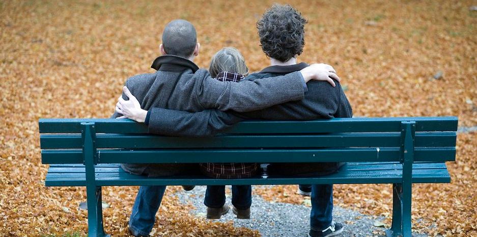 Parejas del mismo sexo ya pueden adoptar en Alemania: padres homosexuales criarán a un niño de dos años
