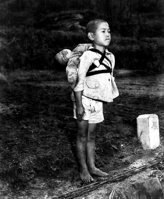 La verdadera historia detrás de la foto del niño japonés que carga a su hermano muerto en la espalda
