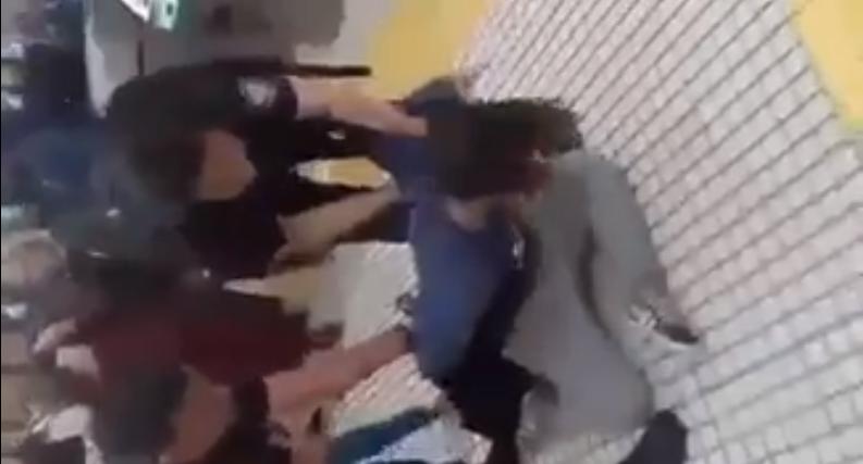 Argentina: mujer es arrastrada y detenida solo por besar a su novia (VIDEO)