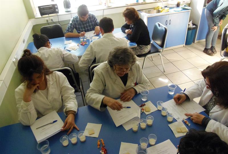 Científicos de la U. de Santiago logran producir leche sin lactosa usando microorganismos antárticos