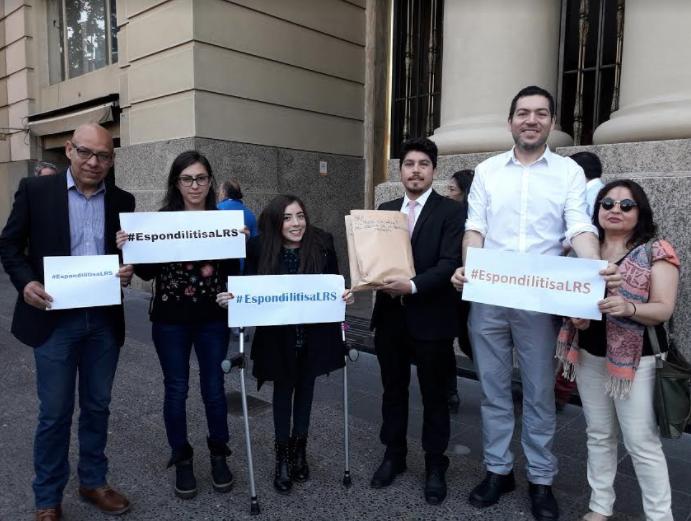 Entregan más de 27 mil firmas de apoyo para que la Espondilitis Anquilosante ingrese a la Ley Ricarte Soto