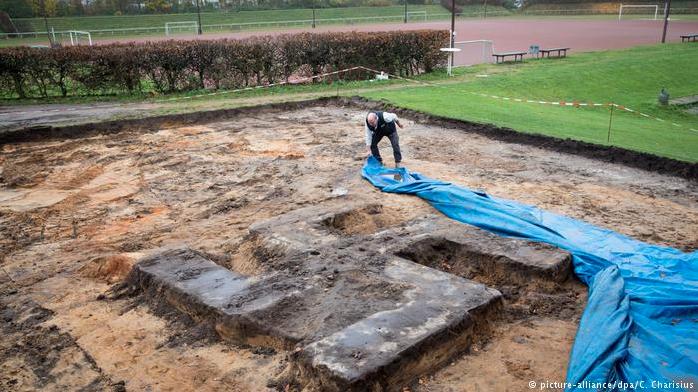 Encuentran esvástica gigante enterrada en estadio de Hamburgo