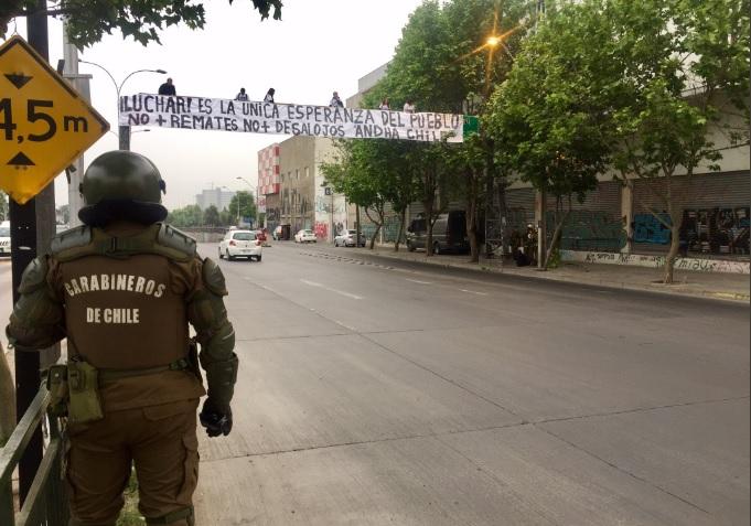 Miembros de ANDHA Chile realizan protesta en pasarela de la comuna de Santiago