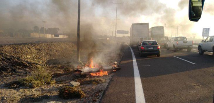 Trabajadores portuarios bloquean el tránsito en la Ruta 5 Norte entre Caldera y Chañaral