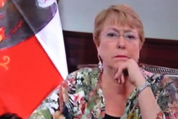 El rostro cabreado de Bachelet antes de felicitar a Piñera
