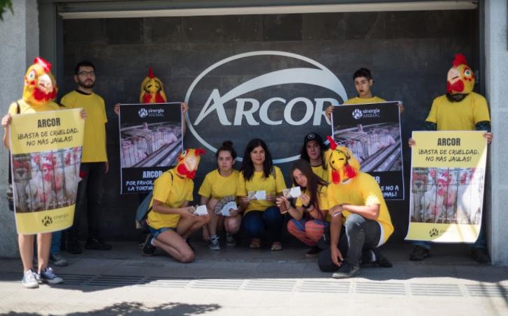 Animalistas protestan afuera de Arcor y exigen cese del uso de jaulas en producción de huevos