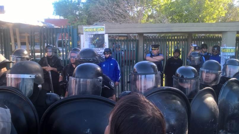 """Diputado argentino baleado tras violento desalojo de una fábrica en Neuquén: """"La policía está muy cebada"""""""