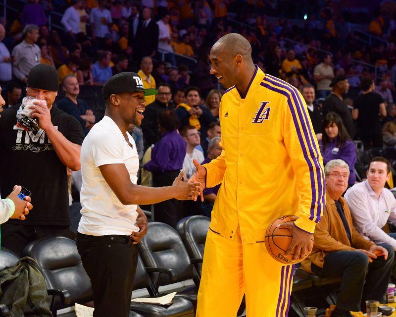 VIDEO: Floyd Mayweather reta a un uno contra uno a Kobe Bryant por un millón de dólares
