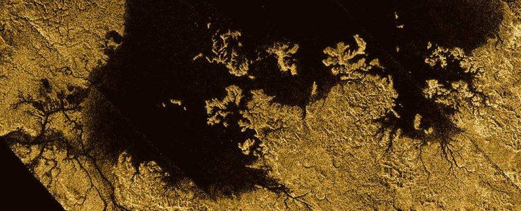 Nuevo mapa completo de la superficie de Titán muestra que su aspecto es notablemente parecido a la Tierra