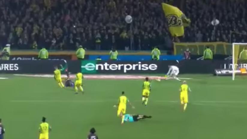 El peor árbitro del mundo: le pega una patada a un jugador y lo expulsa (VIDEO)