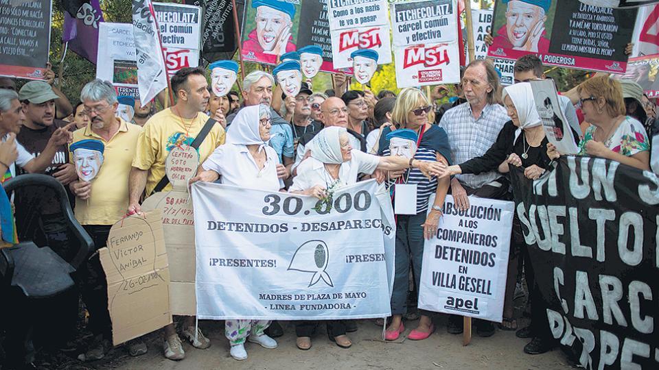 Argentina: masiva marcha contra prisión domiciliaria de un genocida de la última dictadura militar