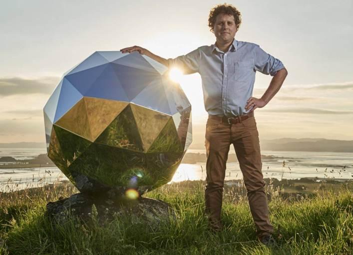 """Los científicos están indignados con esta """"bola de discoteca"""" espacial que anda orbitando la Tierra"""