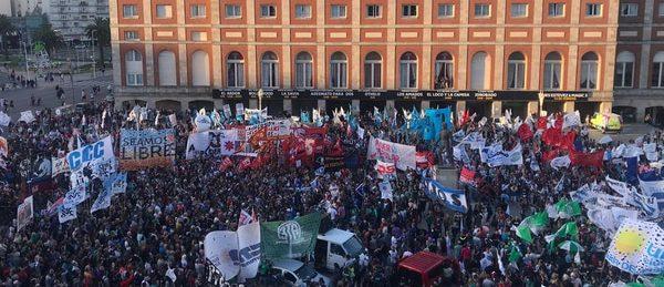 Argentina: Masiva marcha contra el arresto domiciliario otorgado al ex represor Miguel Etchecolatz