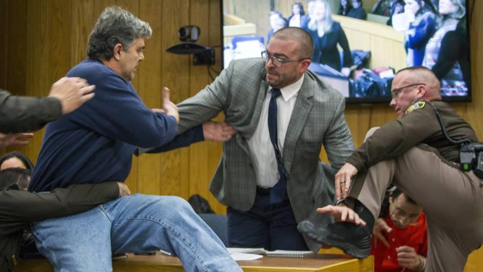 Padre de tres víctimas de Larry Nassar se abalanza sobre él en el juicio