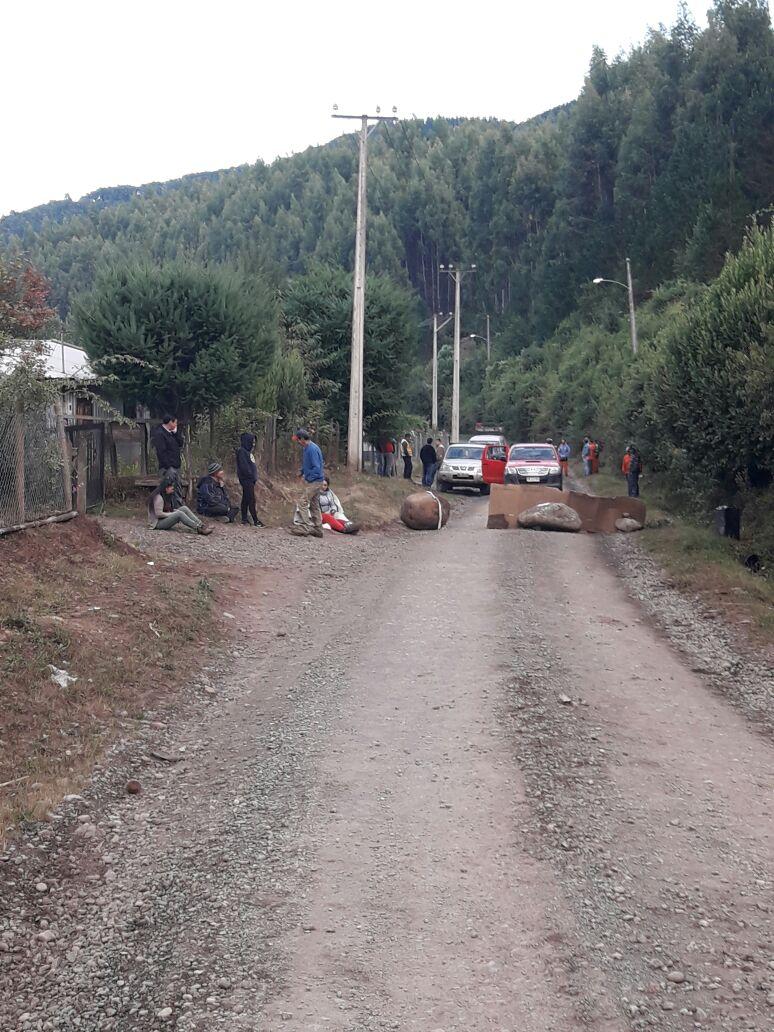 Bío Bío: Vecinos bloquean camino que está siendo destruido por maquinaria forestal
