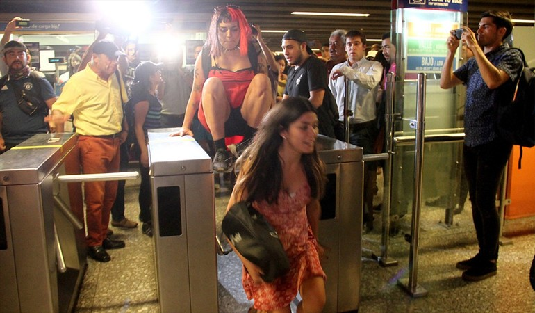 Evasión masiva: Cierran acceso a Metro Baquedano tras protesta contra el alza del pasaje